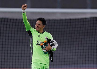 Enzo Pérez, mediocampista y portero de River Plate este miércoles, celebra la victoria de su equipo ante Santa Fe de Colombia por la Copa Libertadores.