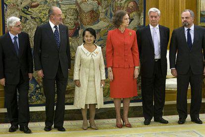 De izquierda a derecha, el presidente de Castilla-La Mancha, José María Barreda; el rey Juan Carlos, la presidenta de Filipinas, Gloria Macapagal-Arroyo; la reina Sofía, Mario Vargas Llosa y el presidente del Grupo PRISA, Ignacio Polanco, ayer en La Zarzuela.