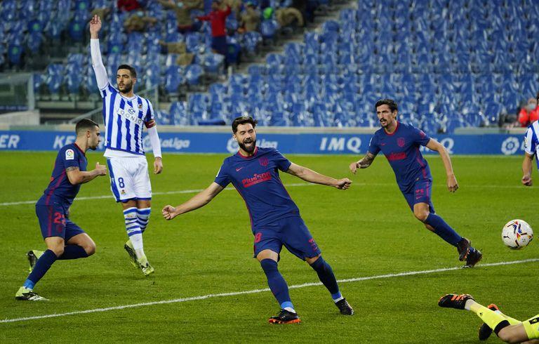 Hermoso (left) celebrates the 0-1 against Felipe and Savic.