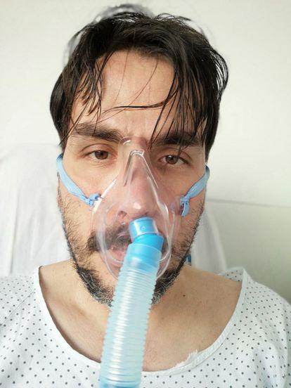 Houari López, conectado a un oxigenador, durante su convalecencia en el hospital de Fuenlabrada, Madrid.