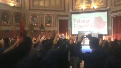 Imagen de un vídeo difundido en la cuenta de Twitter de la Falange del acto que celebraron en el Ateneo de Madrid.