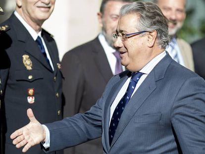 El Ministro del Interior, Juan Ignacio Zoido, a su llegada a la autoridad portuaria de Sevilla.