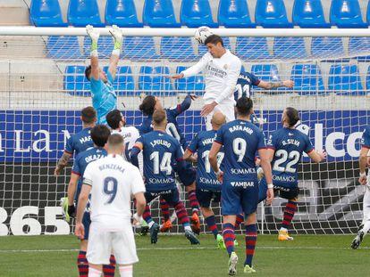Varane supera a los defensores del Huesca en el remate que supuso el primer gol del Madrid en el Alcoraz
