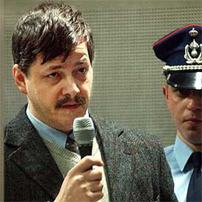 Marc Dutroux se dirige al tribunal tras un cristal de seguridad ayer en el Palacio de Justicia de Arlon.