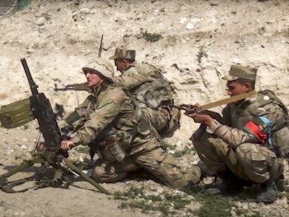 Soldados azeríes disparan desde un mortero a la línea de contacto de la autoproclamada República de Nagorno-Karabaj, el 27 de septiembre de 2020, en una imagen cedida por el Ministerio de Defensa de Azerbaiyán.