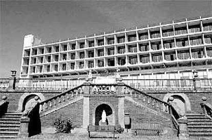 Vista de la fachada sur del Sanatorio de Leza, ahora hospital comarcal de la Rioja Alavesa.