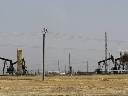 Yacimiento de petróleo bajo control kurdo en Rameilan, en el norte de Siria.