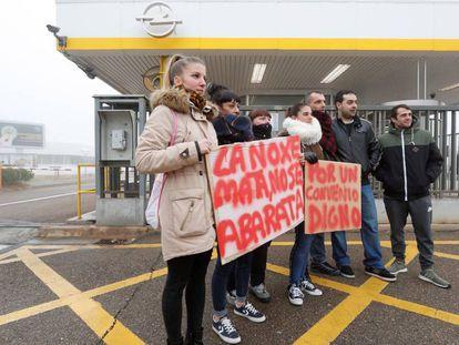 Trabajadores de la fábrica de Figueruelas, en una protesta el pasado viernes.