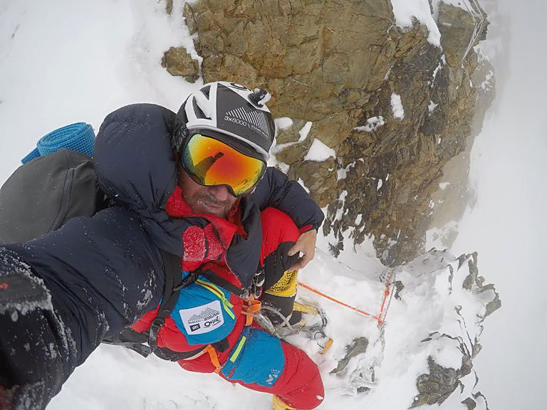El alpinista Sergi Mingote, intentando alcanzar el campo 3 del K2 en una imagen de su Twitter publicada este viernes.