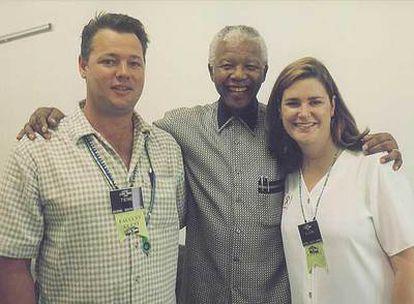 """Si llevara zapatos, me habría ofrecido a limpiárselos"""", le dijo Nelson Mandela a Alison, a la que abraza en la foto."""