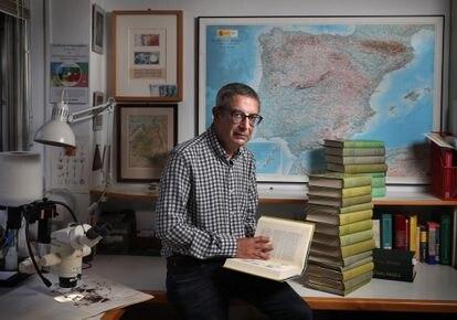 El investigador Carlos Aedo, en su despacho del Real Jardín Botánico de Madrid.