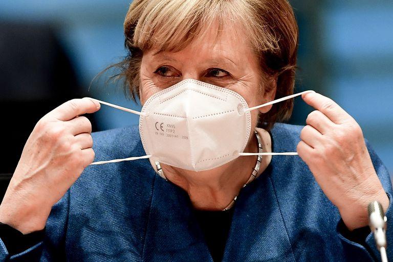 La canciller alemana, Angela Merkel, se pone la mascarilla antes del Consejo de Ministros celebrado en Berlín este miércoles.