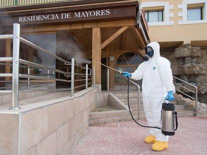 Labores de desinfección en la residencia de mayores la Abubilla, este domingo en Yéqueda (Huesca).