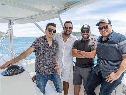 Pavel Ocampo (I), Alan Ramírez, Sergio Lizárraga y  Oswaldo Silvas posan para una fotografía durante un paseo por las costas de Mazatlán. La Banda MS de Sergio Lizárraga es una agrupación de música de banda sinaloense creada en 2003.