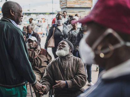 Un momento de relajación en la crisis del coronavirus, en Soweto, un suburbio sudafricano.