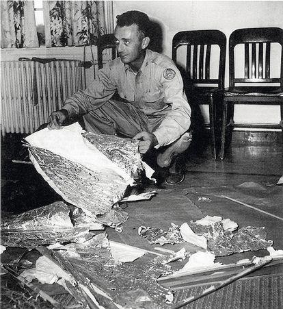 Jesse Marcel, jefe de inteligencia, recuperó algunos de los escombros del sitio ovni de Roswell en 1947. El ejército declaró que se trataba  de un globo meteorológico convencional.