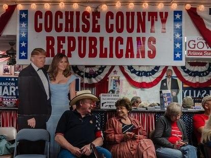 Seguidores de Donald Trump miran por televisión el recuento de votos en Sierra Vista, Arizona, el pasado 3 de noviembre.