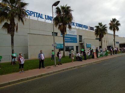 Protesta de la plataforma por la salud pública ante el Hospital de Torrevieja.