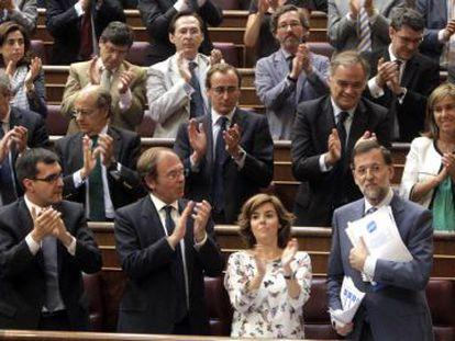 Los diputados del PP aplauden en pie a su líder, Mariano Rajoy, tras su intervención.