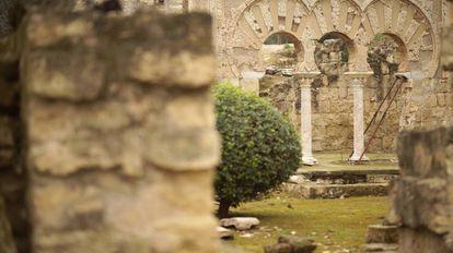 Una arcada de Medina Azahara en un fotograma de 'Las llaves de la memoria'.