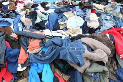 Cada vez se vende más ropa de bajo precio, diseñada para el concepto de usar y tirar. Ello genera un gran impacto ambiental: esta industria es responsable del 20% de la contaminación de las aguas del planeta.