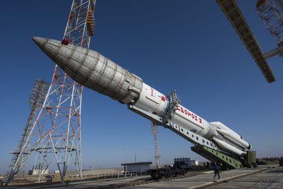 Preparación del cohete ruso Proton en el que el lunes se lanzará ExoMars 2016 desde Baikonur, en Kazajistán.