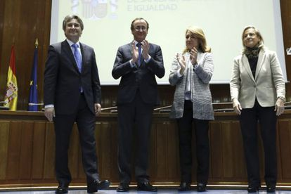 Toma de posesión del nuevo secretario general de Sanidad y Consumo, Rubén Moreno (izquierda), ante el ministro de Sanidad, Alfonso Alonso.