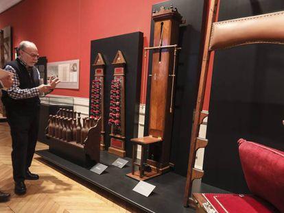 Aparatos gimnásticos del siglo XIX en la exposición dedicada al conde de Villalobos en el Museo Cerralbo de Madrid.