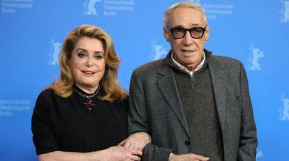 Catherine Deneuve y André Téchiné, en el posado ante los fotógrafos por su película 'Adiós a la noche'.