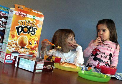 Niños almorzando productos Kellogs.