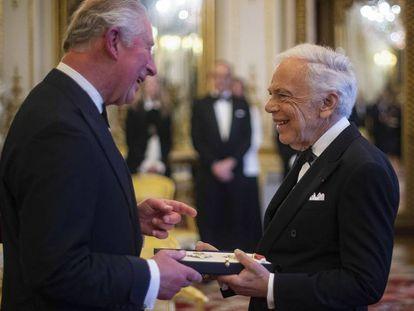El príncipe Carlos de Inglaterra entrega su condecoración al diseñador Ralph Lauren, el miércoles 19 de junio en el palacio de Buckingham, Londres.