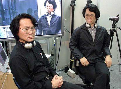 El profesor Ishiguro junto a Geminoid, el androide que ha creado a su imagen y semejanza