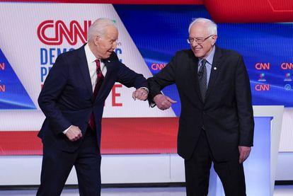 Joe Biden (izquierda) y Bernie Sanders se saludan -sin tocarse las manos- en un debate de la cadena CNN.