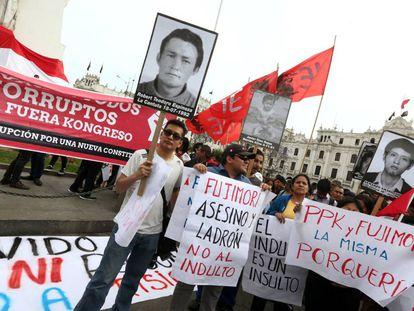 Protestas contra el indulto a Fujimori este lunes en Lima.