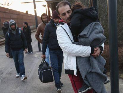 Imagen de archivo de migrantes caminando hacia Dinamarca en la frontera alemana.