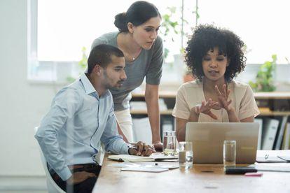 """<br> Los jefes también deberían cubrirse las espaldas y tener cuidado con lo que ordenan vía email. Por ello, <b>jamás debería realizar encargos de carácter personal o reflejar temas confidenciales</b>. """"El protocolo para comunicar acciones comprometidas o estrategias debe seguir un canal de comunicación formal"""", nos recuerdan desde Page Group. """"<b>Se debe convocar una reunión</b> con las personas involucradas bajo una orden del día para que todas las partes puedan ir preparadas y de este modo sacar el máximo provecho a la reunión. Después se realiza un acta de la reunión que será enviada a todas las personas involucradas""""."""