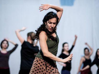 La bailaora Yalda Younes, de 37 años,  imparte una clase de flamento en el teatro Tournesol de Beirut.