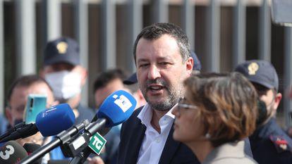 El exministro de Interior italiano, Matteo Salvini, responde a los periodistas a la salida de la audiencia celebrada este sábado en Palermo por el bloqueo del 'Open Arms' en 2019.