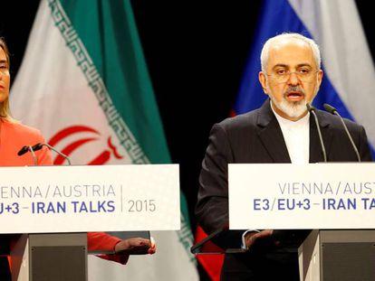 El ministro de Exteriores iraní, Javad Zarif, comparece con Federica Mogherini, en julio de 2015 en Viena.