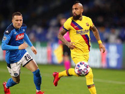 Zielinski y Vidal persiguen el balón.