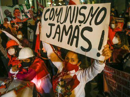 Una manifestante en contra de la elección de Pedro Castillo sostiene una pancarta, el pasado 14 de julio.