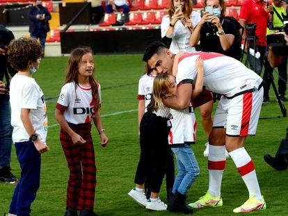 Falcao con sus hijos durante su presentación en Vallecas.