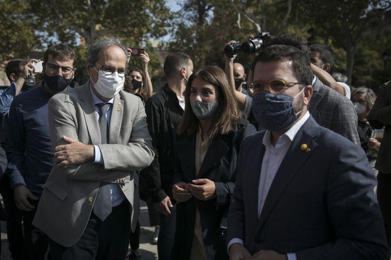 El presidente en funciones, Pere Aragonès, con la consejera de Presidencia, Meritxell Budó (der.) y Quim Torra (izq.).