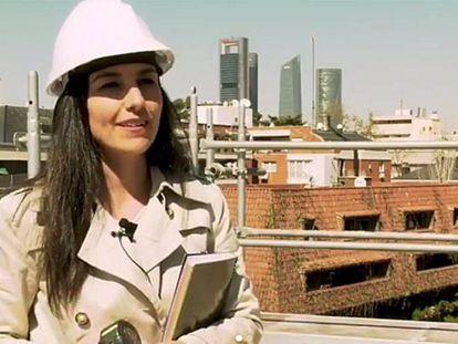 La líder de Vox, Rocío Monasterio, con casco de obra, en una imagen de un vídeo de su partido.