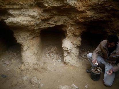 """<a href=""""https://elpais.com/elpais/2018/02/05/album/1517843285_395955.html""""><b>FOTOGALERÍA:</b></a> Al Kafarna, en las tumbas halladas bajo su casa en Gaza."""