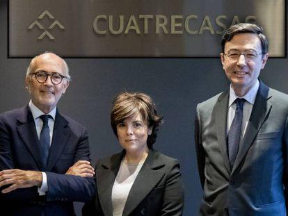 Soraya Sáenz de Santamaría entre el presidente de Cuatrecasas, Rafael Fontana, y el director, Jorge Badía (derecha). En vídeo, el presidente del despacho habla de la contratación de la exvicepresidenta.