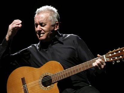 En cantante Víctor Manuel en pleno concierto.