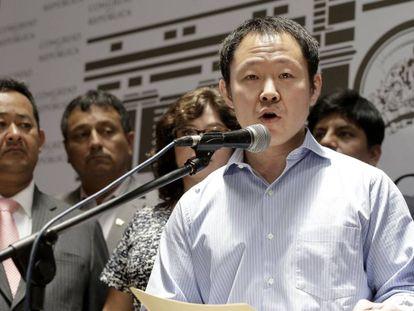 Kenji Fujimori habla con la prensa a su salida del Congreso en Perú.