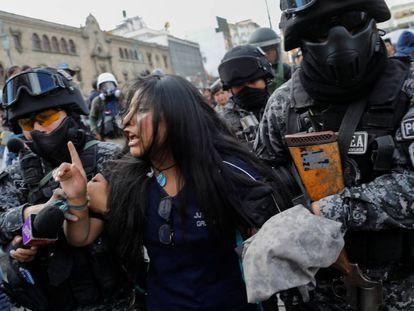 La policía boliviana detiene a una manifestante en La Paz el 21 de noviembre.
