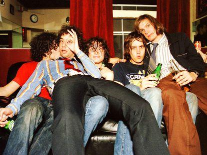 Retrato de los Strokes en los camerinos de The Fillmore, en San Francisco, el 16 de octubre de 2001. De izquierda a derecha: Fabrizio Moretti, Albert Hammond Jr., Nick Valensi, Julian Casablancas y Nikolai Fraiture.